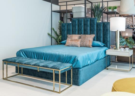 Chambre tapissée de design avec clous tapissier et acier inox. Mod. AGHATA