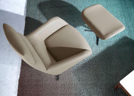 Ensemble fauteuil pivotant et pouf. Mod. MOMA