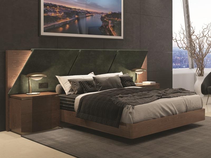 Chambre avec longue t�te de lit rapiss�e en bois de noyer. Mod. PRASSEDE