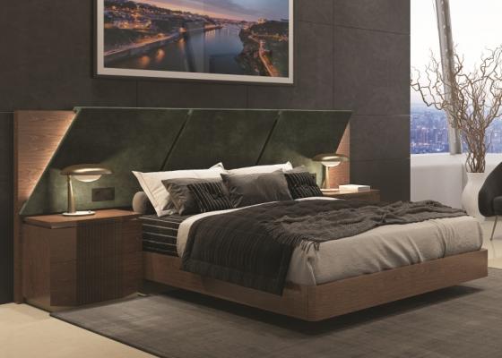 Chambre avec longue tête de lit rapissée en bois de noyer. Mod. PRASSEDE