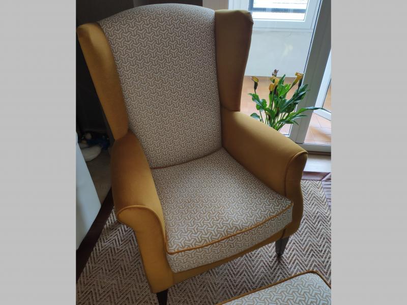 Ensemble fauteuil et pouf tapiss�s avec passepoil. Mod. BOSTON GEOMETRIC