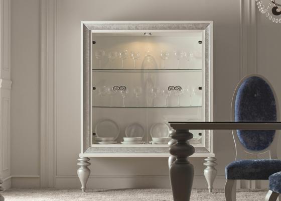 Vitrine avec des étagères en verre. Mod: EMBASSY C
