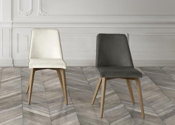 Ensemble de  2 chaises garnies avec piètement en bois de hêtre. Mod. MIREYA