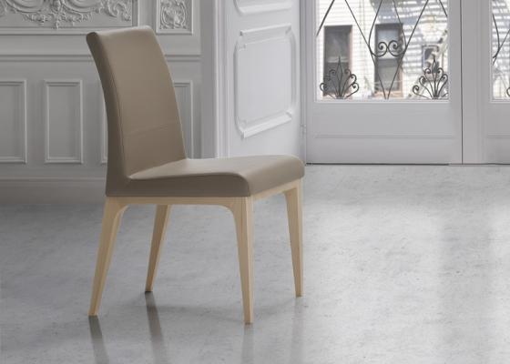 Ensemble de  2 chaises garnies avec piètement en bois de hêtre. Mod. CINTIA