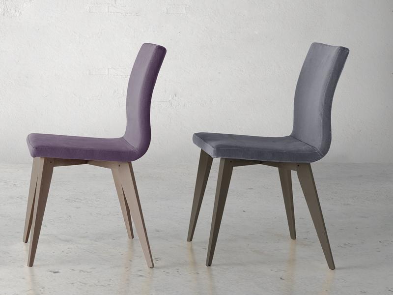 Ensemble de  2 chaises garnies avec pi�tement en bois. Mod. JANE WOOD