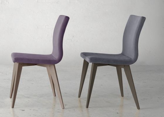 Ensemble de  2 chaises garnies avec piètement en bois. Mod. JANE WOOD
