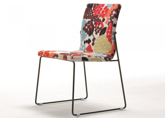 Ensemble de  2 chaises garnies avec piètement métallique. Mod. JANE
