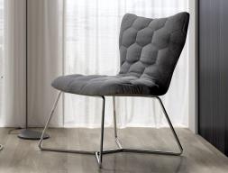 Chaise tapissée avec structure en acier inox