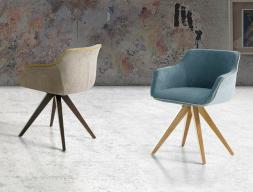 Ensemble de  2 fauteuils garnis avec piètement en bois de hêtre. Mod. JACT