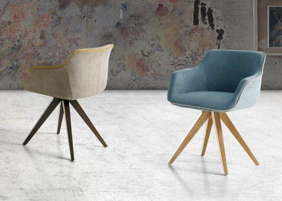 Ensemble de  2 fauteuils garnis avec piètement en bois de hêtre. Mod. MAEVA