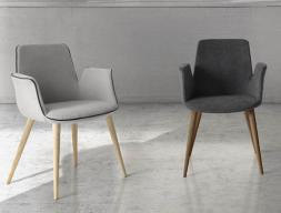 Ensemble de  2 fauteuils garnis avec piètement en bois .Mod. BEATEL