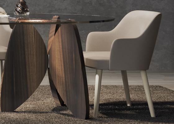 Ensemble de 2 chaises tapissées avec piétement en bois de noyer. Mod. OLSO