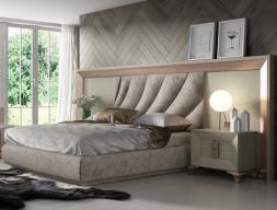 Lit complet en chêne et tapissé avec une tête de lit extra large. Mod. DUNE