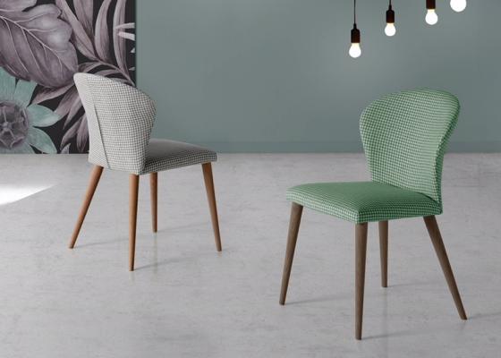 Ensemble de  2 chaises garnies avec piètement en bois. Mod. MARIA