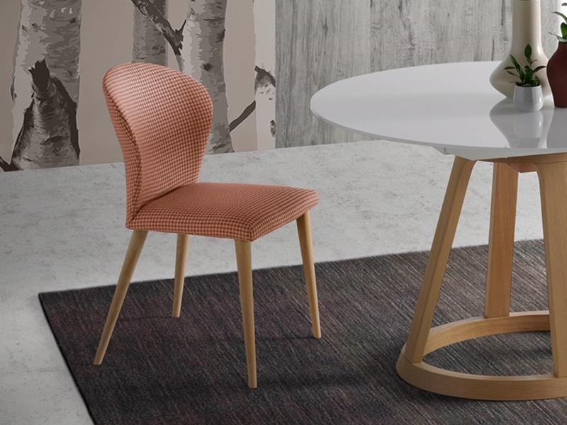 Ensemble de  2 chaises garnies avec pi�tement en bois. Mod. MARIA