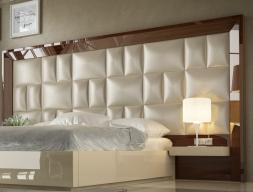Tête de lit de grand format XXL tapissée et laquée avec 2 chevets étagères. Mod. SAHARA