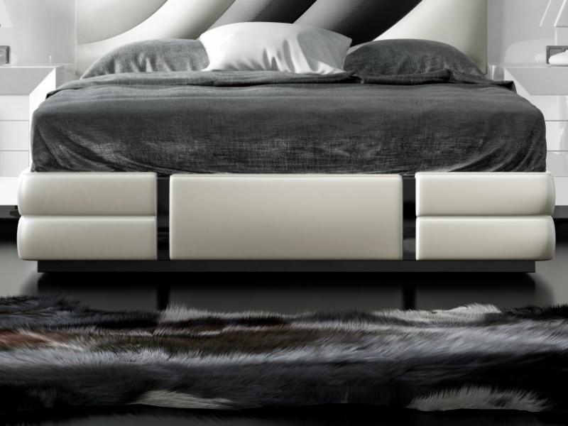 Lit complet laqu� et tapiss� avec une t�te de lit XXL. Mod. MELIA