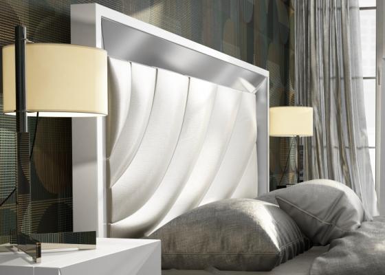 Cabecero lacado alto brillo con detalle central tapizado.Mod: ZULEMA