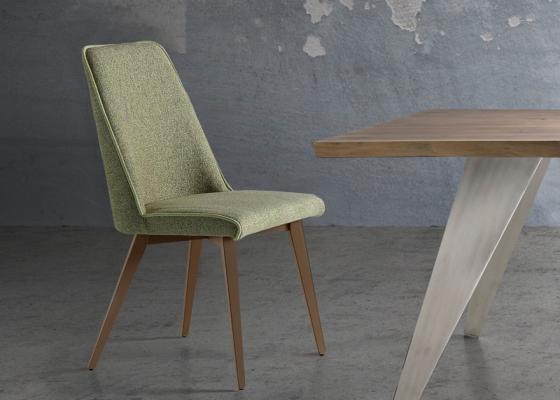 Ensemble de  2 chaises garnies avec piètement en bois. Mod. WENDY