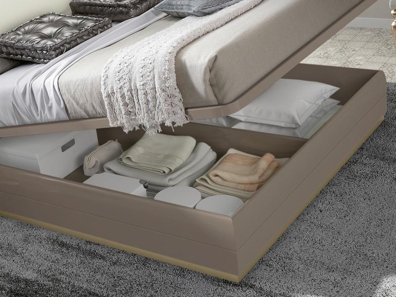 Lit complet avec longue t�te de lit laqu�e et partie centrale tapiss�e. Mod. REEM