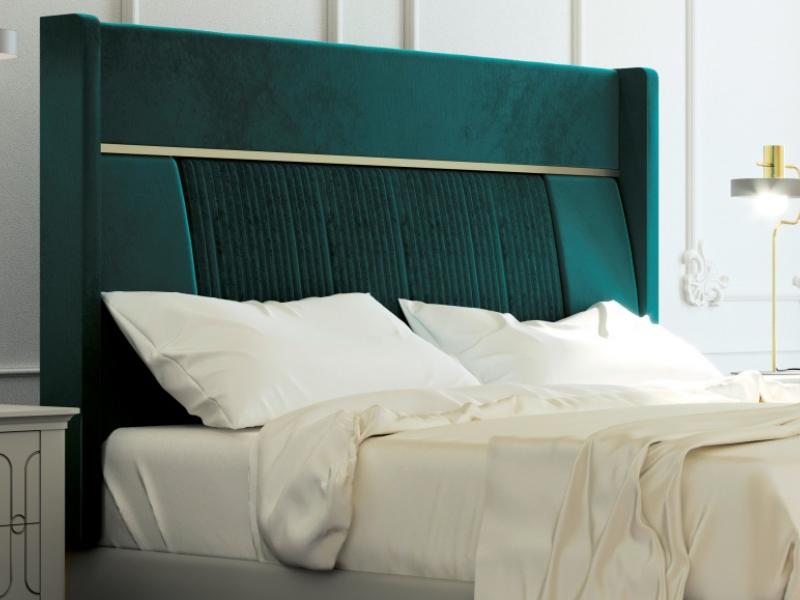 Lit complet tapiss� en velours et tour de lit laqu�. Mod. ALYA