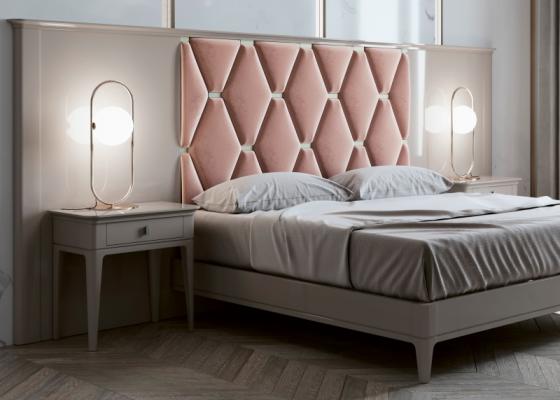 Lit complet avec longue tête de lit laquée et partie centrale tapissée. Mod. ANOUK