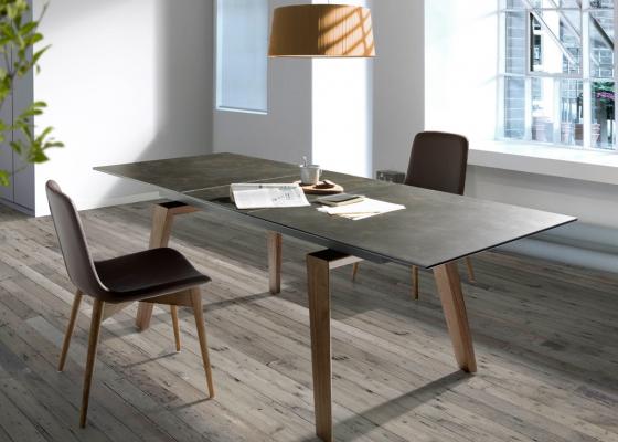 Table à manger extensible avec piétement en noyer et plateau céramique. Mod. PALMA