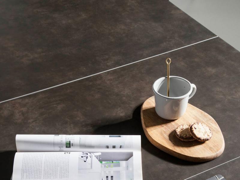 Table � manger extensible avec pi�tement en noyer et plateau c�ramique. Mod. PALMA