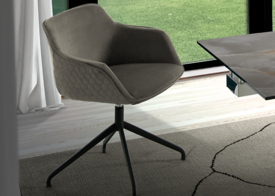 Ensemble de 2 chaises pivotantes tapissées. Mod. ZARAH B