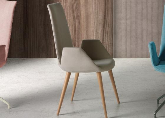 Ensemble de  2 chaises tapissée en chêne. Mod. DANNA