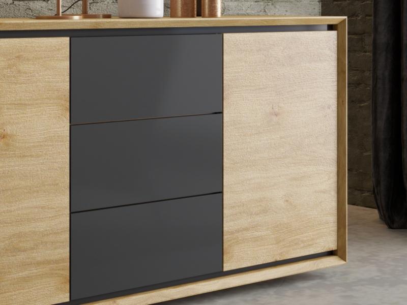 Buffet en bois de ch�ne avec  2 portes et 3 tiroirs. Mod. JANKO