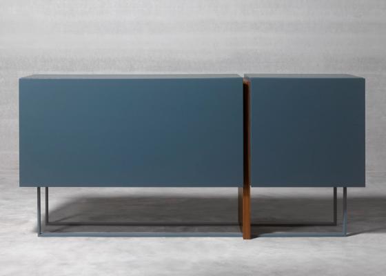 Buffet design avec base combinée en bois et acier laqué. Mod : SAMIA