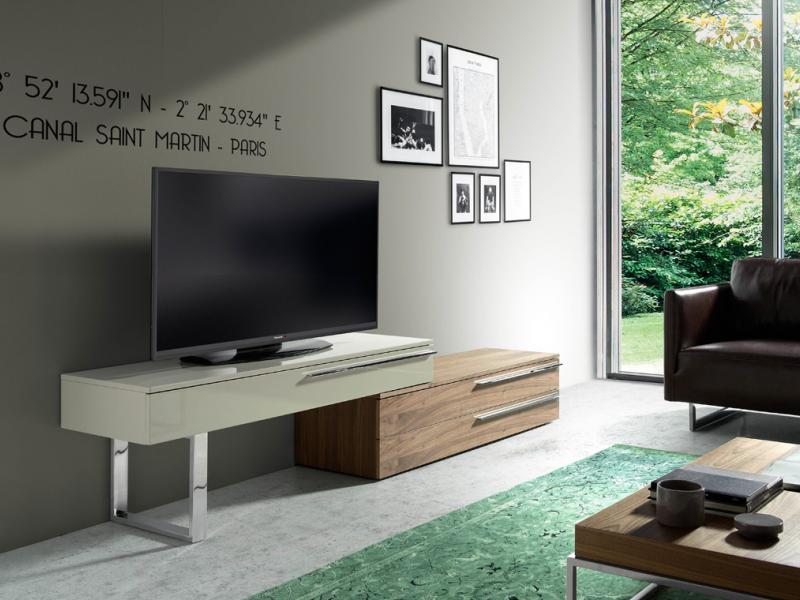 Meuble TV avec pietement et poignees en acier inox. Mod: GOB